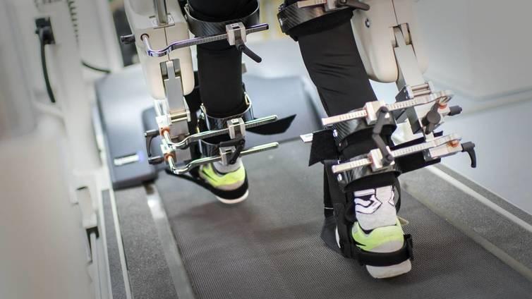 Halvaantunut Eemi kuntoutuu robotin avulla