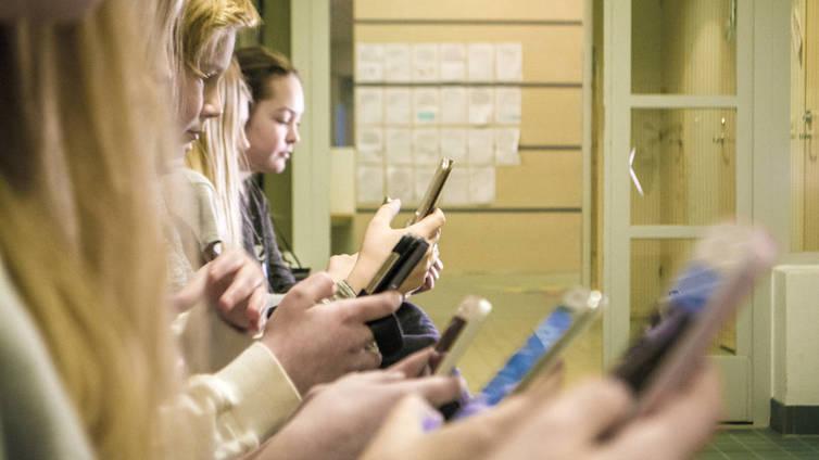 Oppilaiden kännykän käytön rajoittaminen hipoo sananvapauden rajoja
