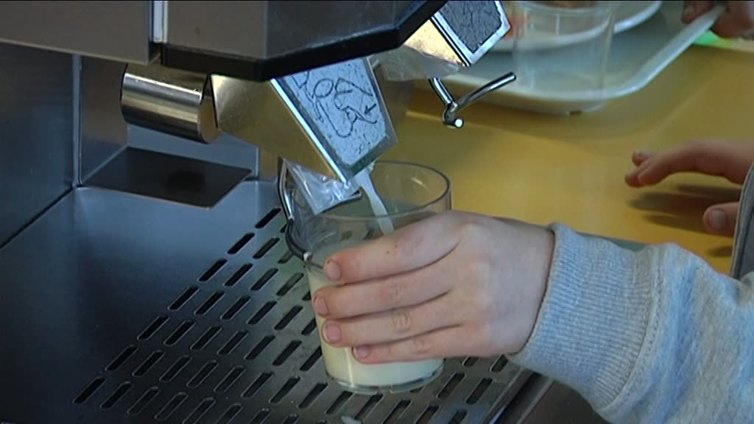 Suomen hallitus yrittää saada koululaiset juomaan luomumaitoa