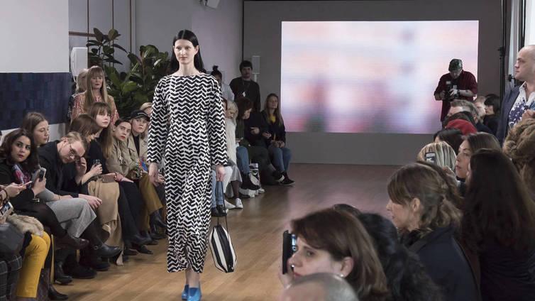Pariisissa nähtiin minimalistisen hienostunutta Marimekkoa