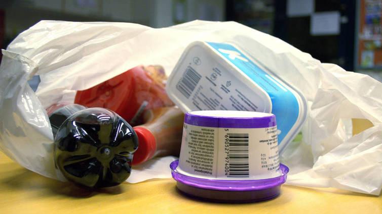 Kotitalousjätteet kierrätetään yhä enemmän muovipusseiksi