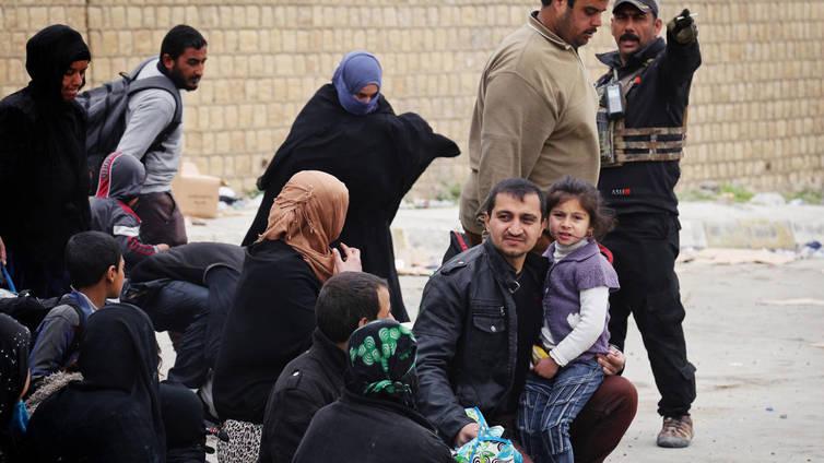 Ihmiset pakenevat kranaatti-iskujen alta Länsi-Mosulista