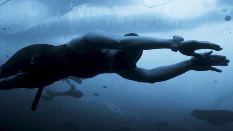 Vapaasukeltaja Johanna Nordblad liukuu jään alla jopa 50 metriä