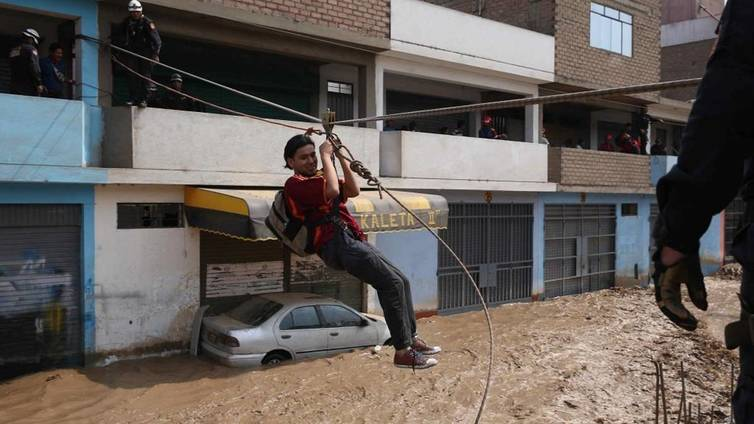Kymmenet tuhannet menettäneet kotinsa Perun tulvissa