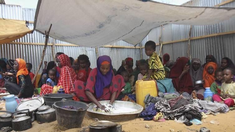 Veden puute piinaa Itä-Afrikassa - Ihmiset ja kamelit samalla kaivolla