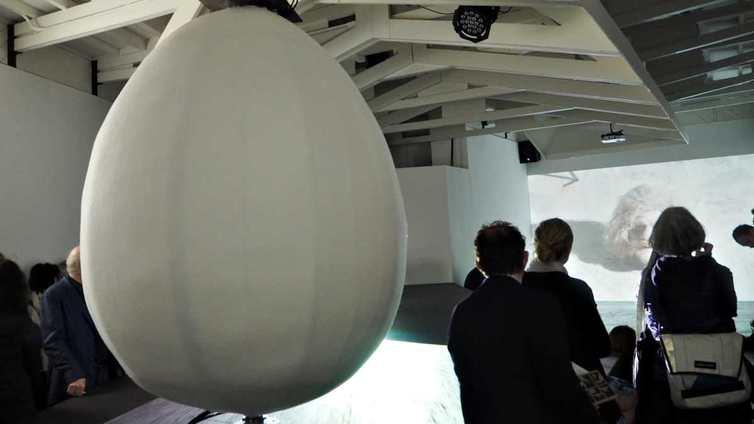 Suomea edustaa nykytaiteen paraatipaikalla puhuva muna