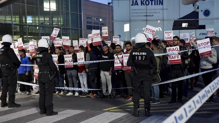 Turvapaikanhakijoiden pakkopalautukset jakavat mielipiteitä