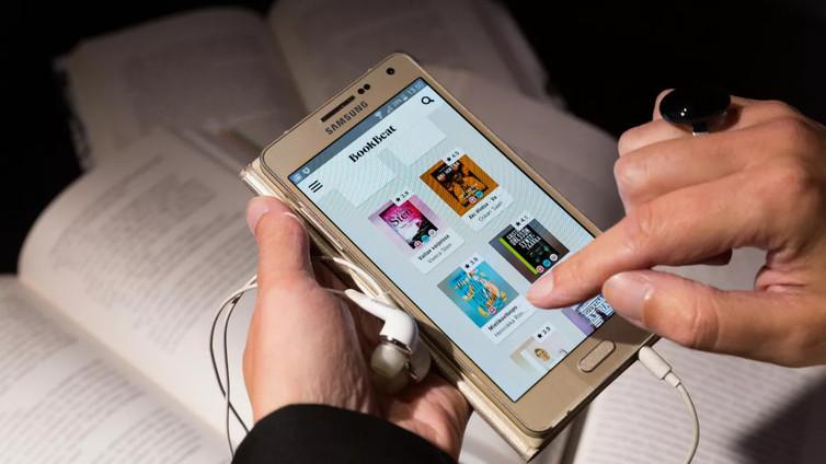 Äänikirjojen kuuntelu kännykällä yhä suositumpaa