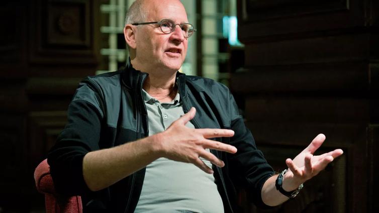 Miljoonia teoksia myynyt hollantilaiskirjailija lypsi nuorena lehmiä Pohjois-Karjalassa