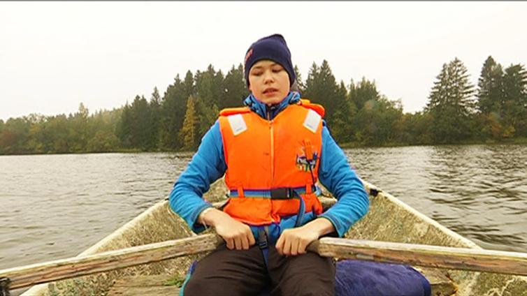 13-vuotias Kaarlo kulkee kouluun soutaen ja pyöräillen