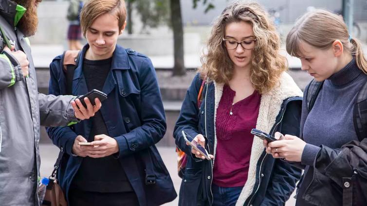 Näin pidät kännykkää kädessäsi oikein ja vältyt käsikivuilta