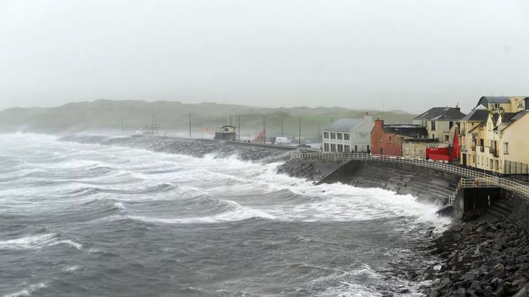 Ophelia-myrsky iski Irlantiin