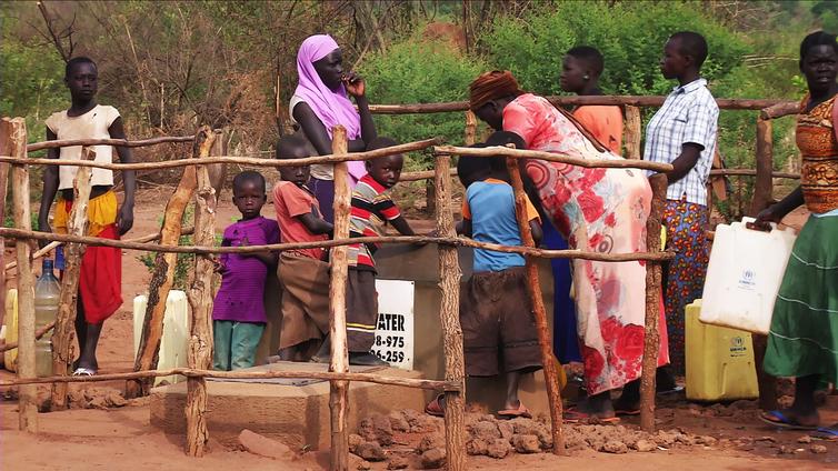 Aurinkoenergialla pyörivä vesipumppu tuo puhtaan veden pakolaisleirille