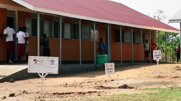 2 000 oppilaan käytössä on  8 alkeellista vessaa Ugandassa