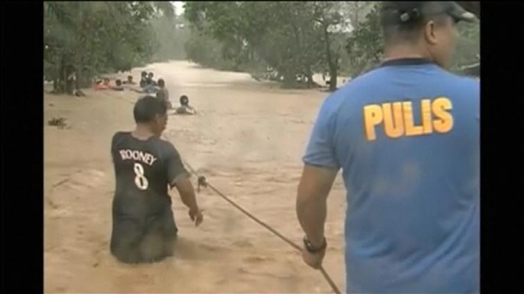 Taifuuni Koppu saartoi kyliä Filippiineillä