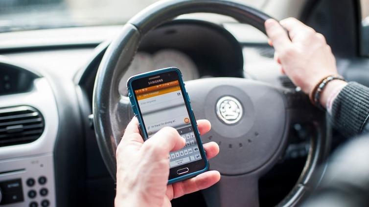 Ruotsi kieltää autoilijoilta kännykän käytön