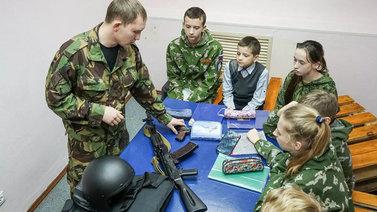 Venäjällä pönkitetään lasten ja nuorten isänmaallisuutta sotilaskerhossa