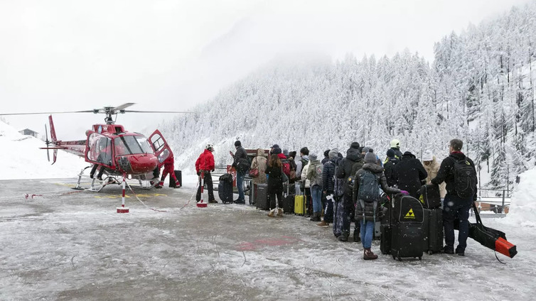 Sveitsissä 13 000 turistia jäi jumiin vuorille lumivyöryvaaran takia