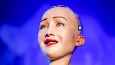 Humanoidirobotti herätti ihmetystä Suomen vierailulla
