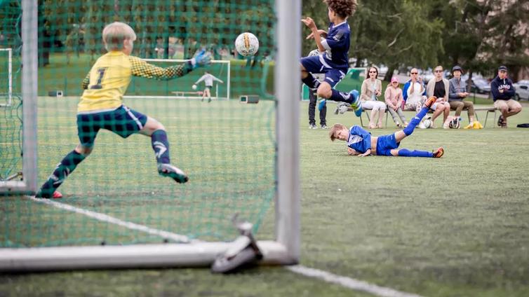 15-vuotiaat pojat keräsivät rahat kasaan ja pistivät pystyyn jalkapallojoukkueen