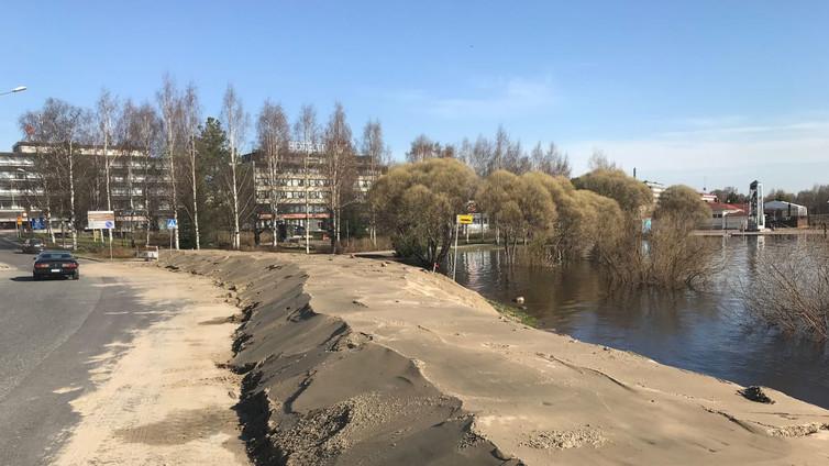 Torniossa taistellaan nousevaa tulvavettä vastaan