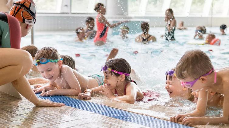 Uimaan oppii vedessä leikkimällä ja pelailemalla