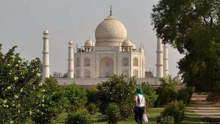 Saasteet värjäävät Taj Mahalin vihreäksi