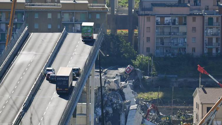 Moottoritiesilta romahti Italiassa keskellä päivää