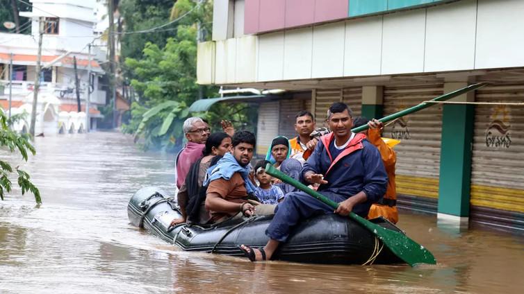 Yli 700 tuhatta ihmistä on paennut tulvia Intiassa