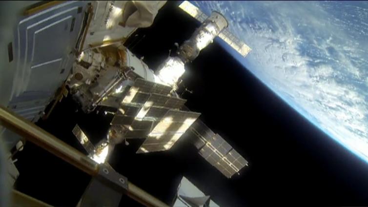 Kansainvälinen avaruusasema täytti vuosia  - nykyajan astronautit lähettävät Maahan selfieitä