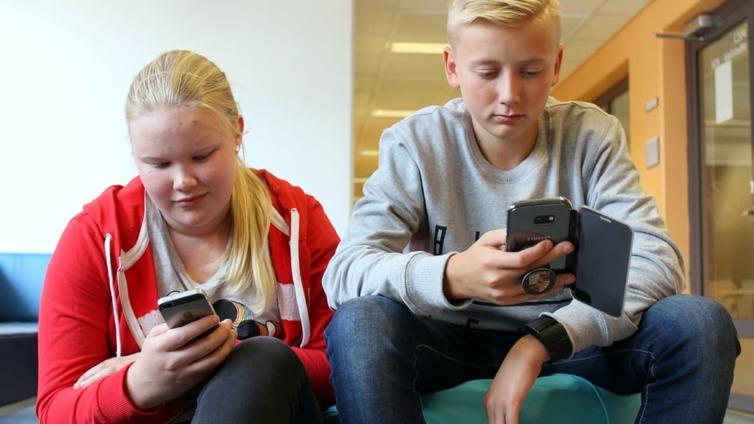 Lastenpsykiatri ehdottaa kännykkäkieltoa kouluihin