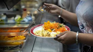 Paikoin jopa 60 prosenttia oppilaista jättää kouluruuan syömättä