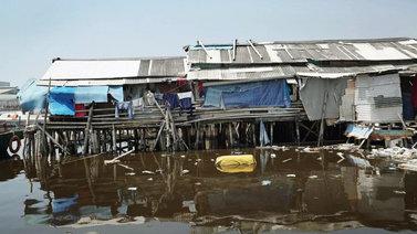 Uppoava Jakarta yritetään pelastaa jättimuurilla
