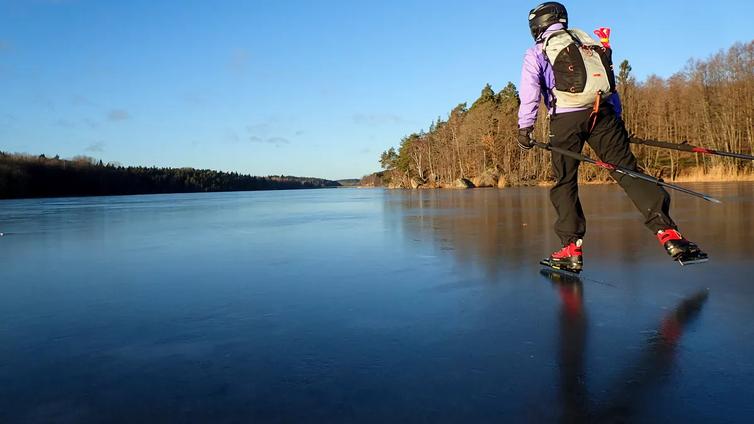 Lumeton järven jää on retkiluistelijan unelma - pitää vain olla varma että jää kantaa