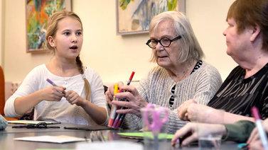 Kolmasluokkalaiset ja ikäihmiset osallistuivat yhteiselle Naamakirja-kurssille