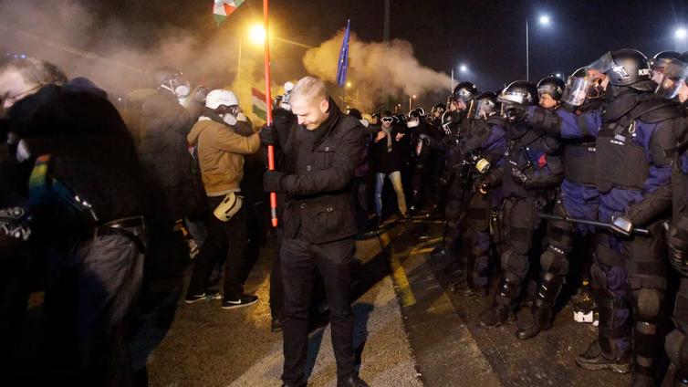 Tuhannet ihmiset protestoivat Unkarissa maan hallitusta vastaan