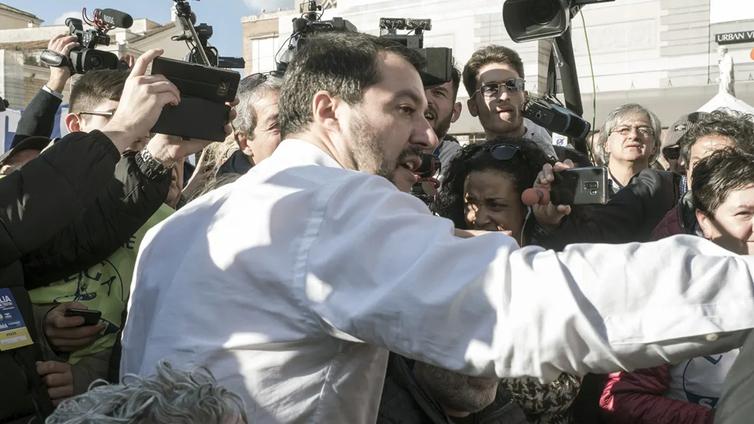 Populistijohtaja villitsee kansaa ympäri Italiaa