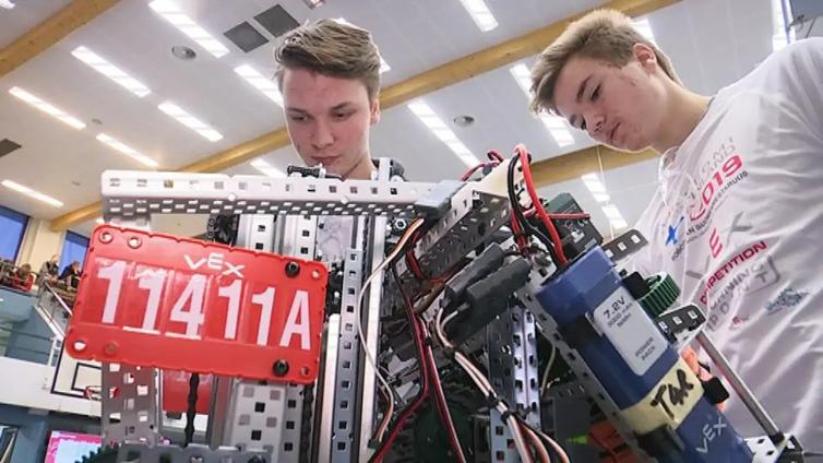 """Lukiolaiset Jeremiah Allred ja Eemil Lähteenmäki: """"Voi olla, että tulevaisuudessa tehdään robottien kanssa töitä"""""""