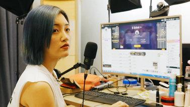 Wang Lila laulaa yleisön toivebiisejä livenä netissä