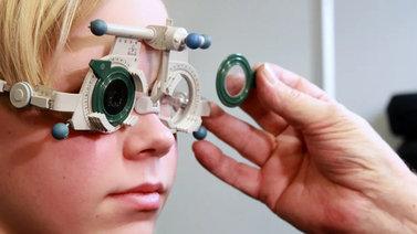 Älylaitteiden katsominen liian läheltä heikentää nuorten näköä