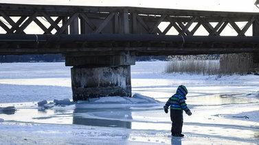 Jäälläliikkujan kannattaa varoa heikkoja jäitä