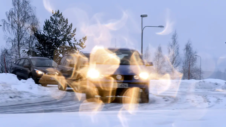 Lumimyräkkä sekoitti liikenteen - kattojen lumikuorma myös vaarallisen suuri