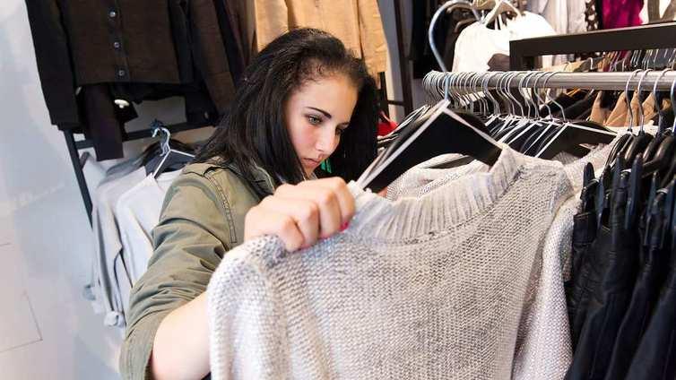 Suomalaiset ostavat enemmän vaatteita kuin vuosiin, mutta halvemmalla