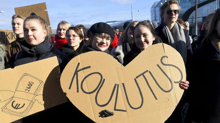 Opiskelijat osoittivat mieltä maksuttoman lukion ja ammattikoulun puolesta