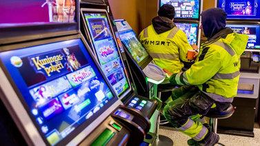 Pelivelkoja ja epätoivoa - rahapelihaitat eivät ole vähentyneet Suomessa