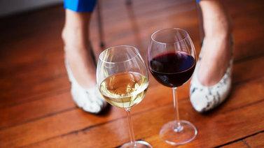 Naiset suhtautuvat alkoholiin aiempaa sallivammin
