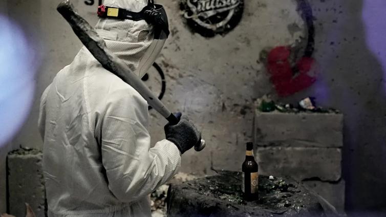 Stressaantunut kiinalainen purkaa pahaa oloa hajottamalla tavaroita raivohuoneessa