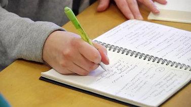 Yhä nuoremmat opiskelijat ostavat lisäopetusta havitellessaan paikkaa yliopistosta