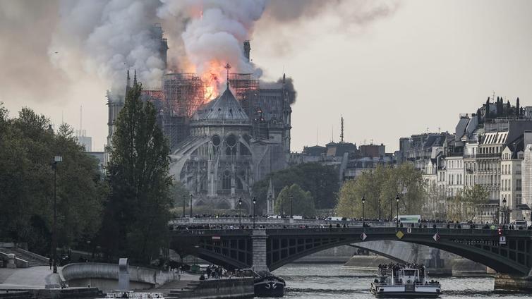 Notre Damen katedraali tuhoutui pahoin tulipalossa