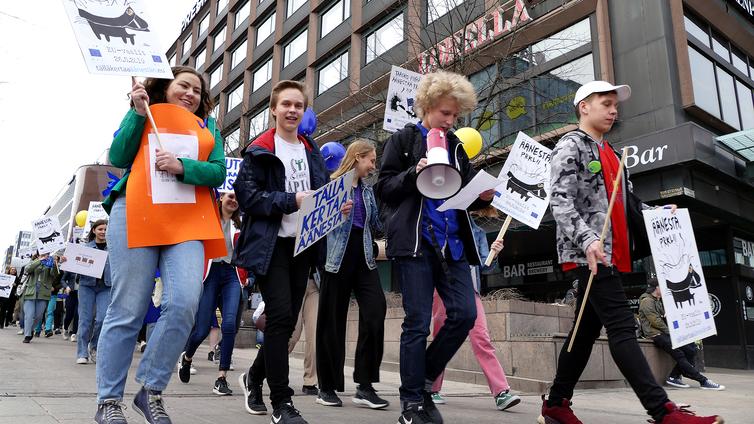 """Lukiolaiset marssivat Helsingissä: """"Äänestäkää nuoret, sillä me elämme tulevaisuuden päätösten kanssa"""""""